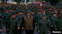 El presidente en disputa de Venezuela, Nicolás Maduro, junto al ministro de Defensa, Vladimir Padrino López, por quienes el gobierno de EE.UU. ha ofrecido sendas recompensas de 15 millones y 10 millones de dólares, respectivamente.
