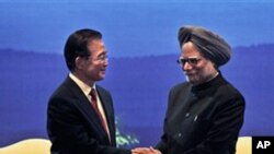 Indian Prime Minister Manmohan Singh, right, shakes hands with Chinese Premier Wen Jiabao at the closing ceremony of the Festival of China in India and the 60th anniversary of the established diplomatic relations between the two countries, in New Delhi, I