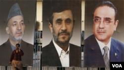Potret raksasa tiga kepala negara di Pakistan (dari kiri ke kanan): Presiden Afghanistan Hamid Karzai, pemimpin Iran Mahmoud Ahmadinejad dan Presiden Pakistan Asif Ali Zardari (16/2).