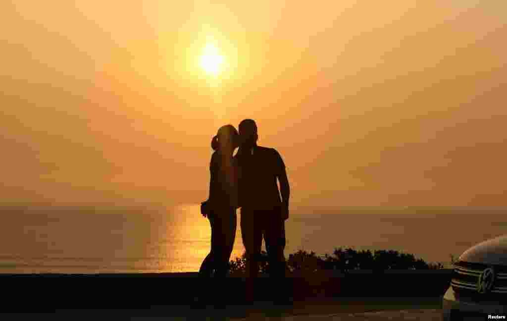 تماشای یک زوج به غروب آفتاب در لیما پرو
