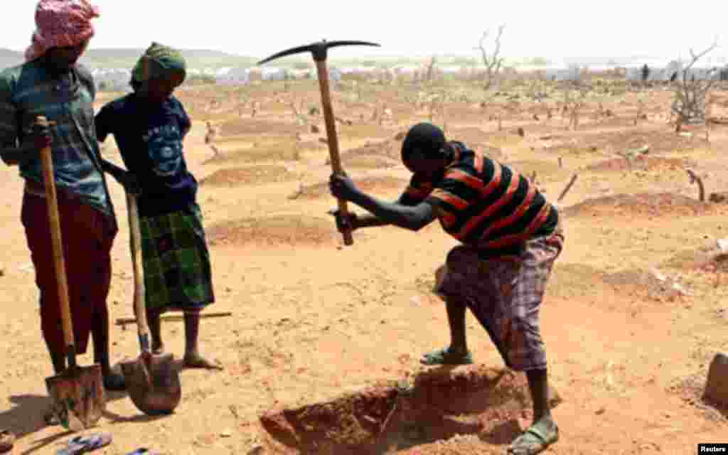 Recently arrived refugee from Somalia dig a grave for 18-month-old Sahro Mohamed, who died of acute severe malnutrition and dehydration, at the Kobe refugee camp, 60 km (37 miles) from Dolo Ado near the Ethiopia-Somalia border August 12, 2011