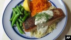 بشقابی از خوراک ماهی سالمون