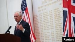 영국을 방문한 렉스 틸러슨 미국 국무장관이 14일 런던주재 미국대사관에서 연설하고 있다.