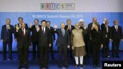 9일 러시아 우파에서 열린 브릭스(BRICS) 정상회의에 참석한 5개국 정상들(앞줄)과 초청받은 각 국 정상들이 기념사진 촬영을 하고 있다.