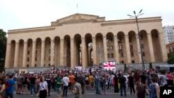 Pengunjuk rasa oposisi mengadakan demonstrasi di depan gedung Parlemen Georgia di ibu kota Tbilisi (23/6).
