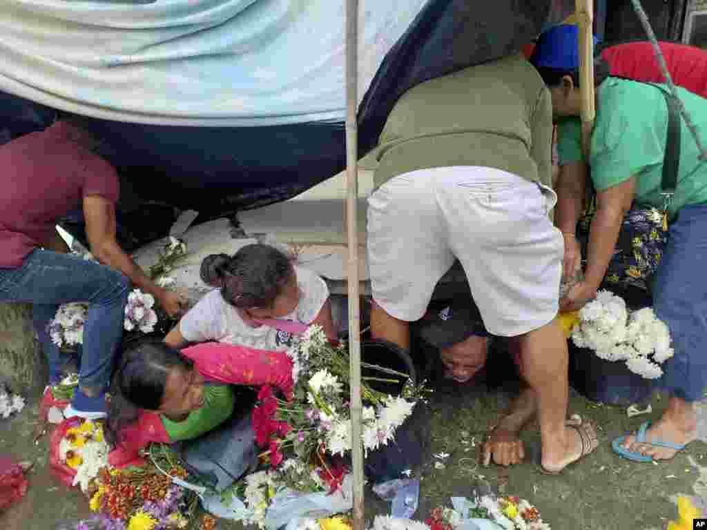 تلاش برای نجات افرادی که در زیر خرابه های ناشی از زلزله در فلیپین گیر مانده اند