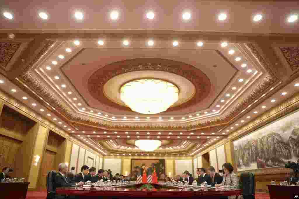 美国总统川普、中国国家主席习近平以及两国高官在北京人民大会堂举行会谈(2017年11月9日)。