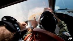 搜救人員在南印度洋按地圖尋找失聯馬航踪跡