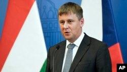 """資料照片-捷克外長托馬斯·佩特里切克在匈牙利布達佩斯舉行的""""維也納五國""""非正式小組外長會議結束時的聯合記者招待會上發表講話。 (2020年7月14日)"""