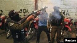 Un policía antimontines dispara gas lacrimógeno durante una protesta de la policía contra el gobierno de Evo Morales, en demanda de incrementos salariales.