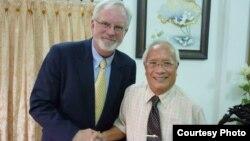 Đại sứ Hoa Kỳ tại Việt Nam David Shear gặp nhà bất đồng chính kiến Nguyễn Đan Quế ở Sài Gòn, Việt Nam, ngày 17 tháng 8, 2012.