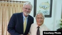 Ðại sứ Hoa Kỳ tại Việt Nam David Shear (trái) gặp gỡ Bác sĩ Nguyễn Đan Quế tại Sài Gòn ngày 17/8/2012