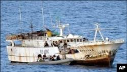 Barco tanzaniano transportando emigrantes ilegais.
