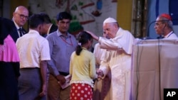 Paus Fransiskus berinteraksi dengan pengungsi Muslim Rohingya di pertemuan damai lintas agama di Dhaka, Bangladesh, 1 Desember 2017.