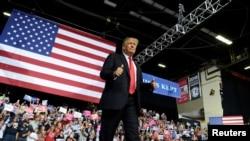"""Presiden Trump mengacungkan ibu jari untuk para pendukungnya, setibanya di WesBanco Arena untuk kampanye """"Make America Great Agan"""" di Wheeling, West Virginia, 29 September 2018."""