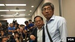 香港銅鑼灣書店店長林榮基(右)與立法會議員何俊仁召開記者。(美國之音唐惠芸攝)