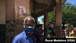Cidadão com máscara em São Tomé e Príncipe