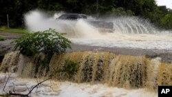 El camión, conocido como Vehículo Táctico Mediano Ligero, atravesaba la quebrada Owl cuando fue arrastrado por las aguas.