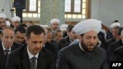 Suriye Başmüftüsü Hassoun (sağda) Devlet Başkanı Beşar Esad'la