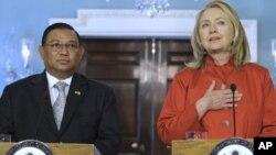 美國國務卿希拉里.克林頓與緬甸外交部長吳溫納貌倫會面後向媒體發表講話。