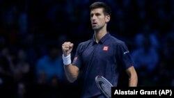 Novak Đoković slavi jedan od poena osvojenih u duelu sa Milošem Raonićem u londonskoj O2 areni