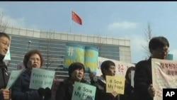 抗議者在首爾的中國大使館外面,呼籲北京不要遣返中國當局最近逮捕的北韓人
