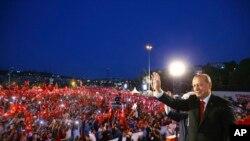 ប្រធានាធិបតីតួកគីលោក Recep Tayyip Erdogan បង់ដៃទៅកាន់អ្នកគាំទ្រនៅក្នុងពិធិគម្រប់ខួបមួយឆ្នាំនៃការបរាជ័យក្នុងការប៉ុនប៉ងធ្វើរដ្ឋប្រហារកាលពីថ្ងៃទិ១៥ កក្កដា ២០១៦ ក្នុងទីក្រុងអ៊ីស្តង់ប៊ុលកាលពិថ្ងៃទិ១៥ កក្កដា ២០១៧។
