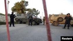 Pasukan Israel siaga di tempat pemeriksaan Beit El dekat Ramallah, Tepi Barat (foto: dok).