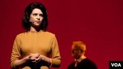 La actriz Katherine Graham interpreta a la presidenta del Washington Post en un escenario en Guangzhou, China.