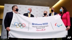Wali Kota Brisbane Adrian Schrinner, Senator Richard Colbeck, Menteri Olahraga Australia John Coates AC, Presiden Komite Olimpiade Australia James Tomkins dan PM Queensland & Menteri Perdagangan Annastacia Palaszczuk MP, dalam konferensi pers di Hotel Okura, Tokyo (21/7). (AP)