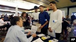 Warga AS pencari kerja menghadiri bursa kerja di Miami, Florida (foto: dok).