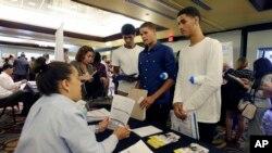 Phúc trình của ILO cho biết giới trẻ là thành phần gặp bất trắc nhiều nhất, với tỉ lệ thất nghiệp ở người trẻ tuổi cao gấp đôi tỉ lệ thất nghiệp chung của toàn cầu.