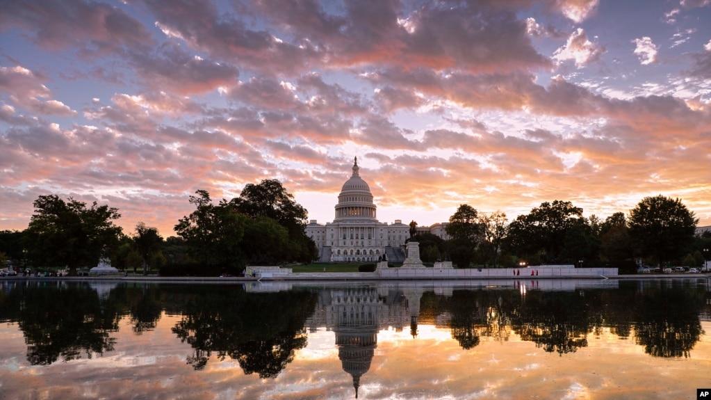 華盛頓日出時分的美國國會大廈(2017年10月10日)。