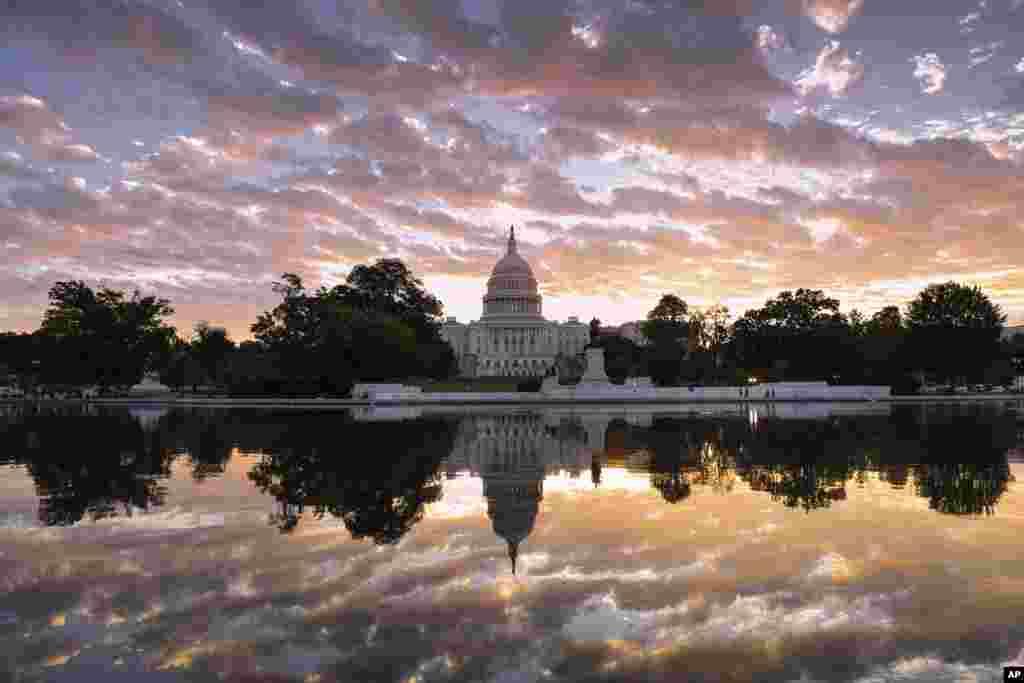 华盛顿日出时分的美国国会大厦(2017年10月10日)。国会是立法机构,是美国联邦政府三大分支之一。在国会工作期间,议员们在国会大厦等几座大楼里办公。