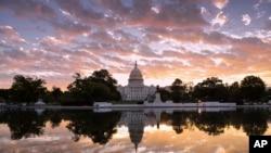 华盛顿日出时分的美国国会大厦(2017年10月10日)。本网将会有关于美国国会和华盛顿风光的图集。