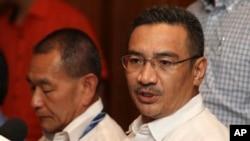 Ông Hishammuddin Hussein (phải) - Bộ trưởng Quốc phòng Malaysia.