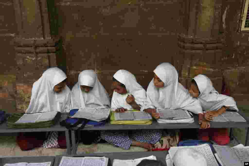 Muslimanska deca uče da čitaju Koran u džamiji Džama Masdžid u Ahmadabadu prvog dana svetog meseca Ramadana. Ahmadabad, Indija - 17. maj, 2018.