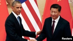美国总统奥巴马和中国主席习近平在北京的记者会上握手(2014年11月12日)