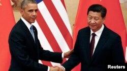 12일 바락 오바마 미국 대통령(왼쪽)과 시진핑 중국 국가주석이 중국 베이징 인민대회당에서 열린 공동 기자회견에서 악수하고 있다.
