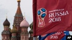 2018年6月4日,俄罗斯莫斯科,圣巴索大教堂旁边,带有2018年世界杯标志的旗帜飘扬。