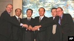 지난 2005년 중국 베이징에서 9.19 공동성명을 발표한 6자회담 수석대표들. (자료사진)