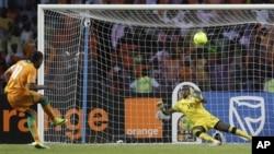 Le capitaine ivoirienIvory Didier Drogba, a gauche, tire son penalty contra le garden de but zambien Kennedy Mweene pendant la finale de la Coupe d'Afrique des Nations au Stade de l'Amitie a Libreville, Gabon, dimanche, fevrier. 12, 2012.