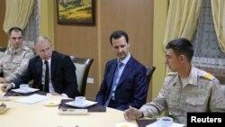 رئیس جمهوری روسیه در دیدار غیرمنتظره خود از پایگاه هوایی الحمیمیم در لاذقیه، مورد استقبال بشار اسد قرار گرفت - ۲۰ آذر ۱۳۹۶