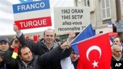 Tirkên ku li Fransayê dijîn li dijî biryara parlemanê xwepêşandanê dikin