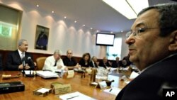 Israeli Defense Minister Ehud Barak attends the weekly cabinet meeting in Jerusalem, 10 Oct. 2010