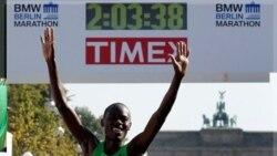 پاتريک ماکائو روز يکشنبه مسیر چهل و دو کیلومتر و دویست متری مارتون برلين را در دو ساعت و سه دقیقه و سی هشت ثانیه پيمود. آلمان ۲۵ سپتامبر ۲۰۱۱