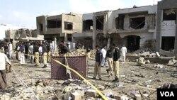 Kerusakan yang ditimbulkan oleh ledakan bom bunuh diri di Karachi (19/9).