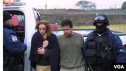 En la imagen de archivo Florence Cassez e Israel Vallarta cuando fueron presentados ante la prensa en 2009, tras du detención.