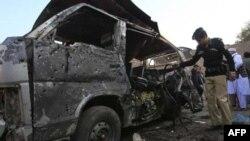 Cảnh sát Pakistan xem xét chiếc xe bị hư hại sau vụ đánh bom tự sát ở Kohat, ngày 8/12/2010