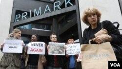 Biểu tình bên ngoài cửa hàng bán quần áo Primark tại trung tâm London, ngày 27/4/2013. Nhiều người đổ lỗi cho các công ty Châu Âu và Hoa Kỳ về điều kiện làm việc tệ hại vì những công ty này đòi các xưởng may bán hàng với giá rẻ.
